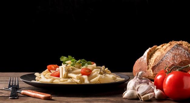 Тарелка с итальянской пастой и хлебом