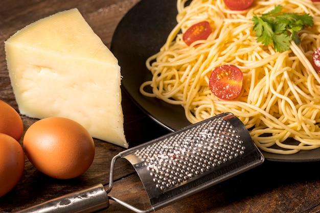 Композиция с макаронами и сыром