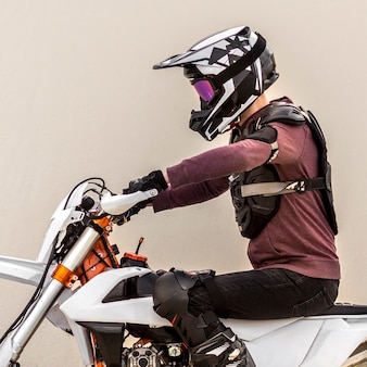 砂漠でバイクに乗るスタイリッシュな男