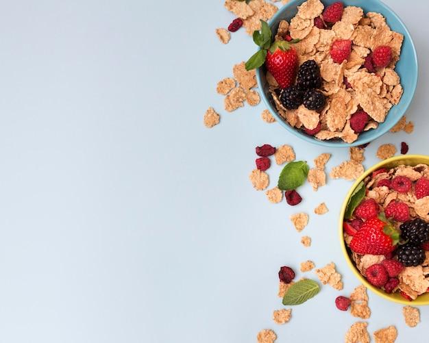 Вид сверху вазы с фруктами и хлопьями