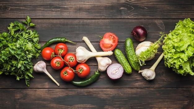 木製の背景に野菜