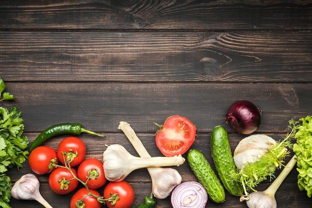 コピースペースの木製の背景にサラダの野菜
