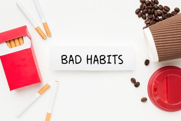 Вид сверху кофе и сигареты