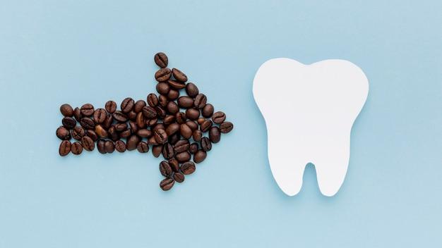 歯の形をしたコーヒーの矢印