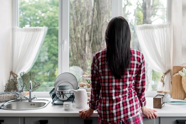 朝のルーチンを楽しんでいる背面図女性