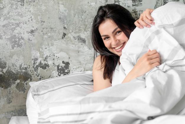 Портрет красивой молодой женщины, улыбаясь