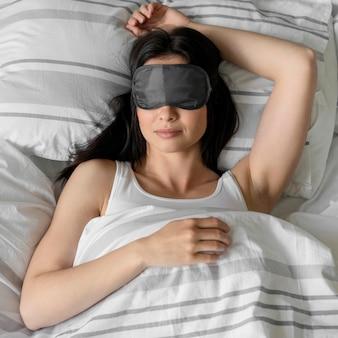 寝ているトップビューの若い女性