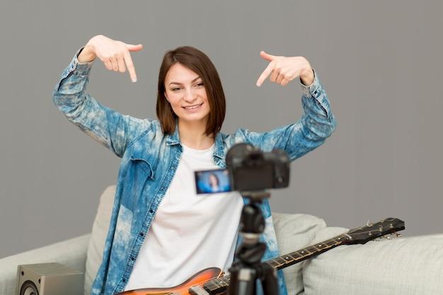 家で撮影しているブロガーの肖像画