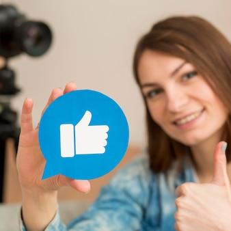 Портрет блоггера, держащего кнопку «мне нравится»