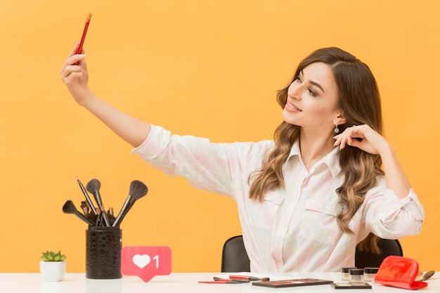 Женщина записывает себя с мобильного телефона