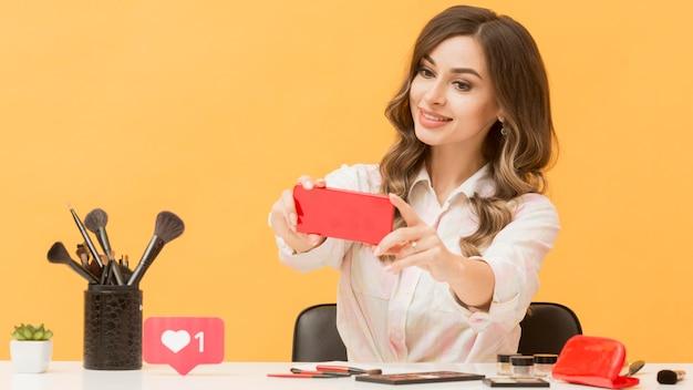 Блогер снимает себя с мобильного телефона