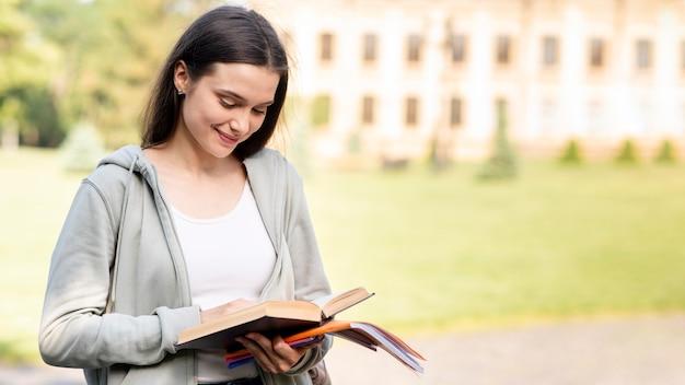 スタイリッシュな若い学生は本を読んで