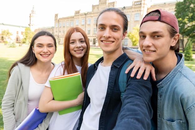 セルフィーを取る大学生のグループ