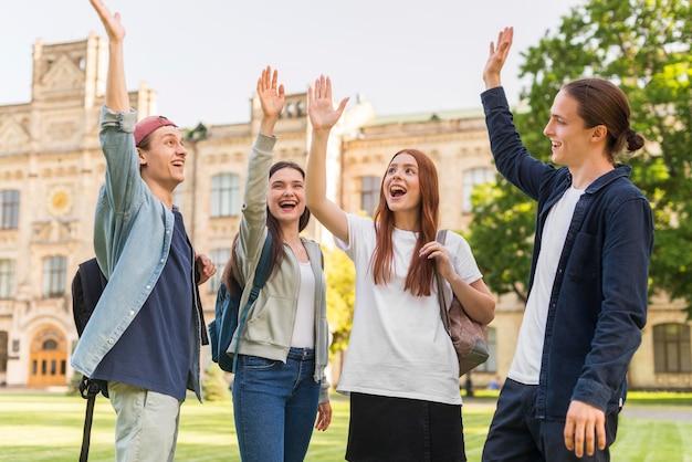 大学に戻って幸せな学生のグループ