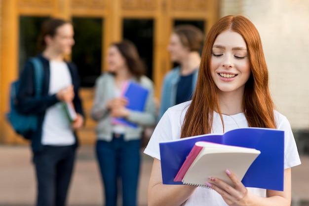 若い学生の読書の肖像画