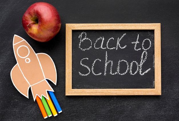 Плоская планировка школьных принадлежностей с доской и яблоком
