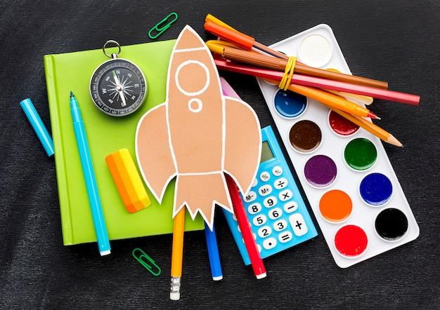 水彩と電卓を備えた学校の必需品のフラットレイアウト