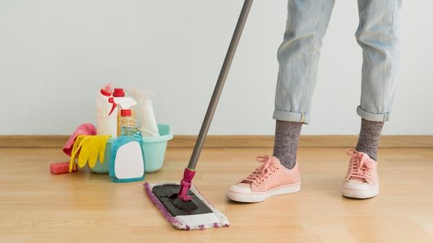 モップを使って床を掃除する女性
