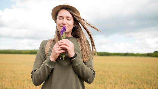 屋外を楽しむ若い女性の肖像画