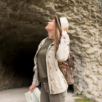 離れている帽子を持つスタイリッシュな若い女性