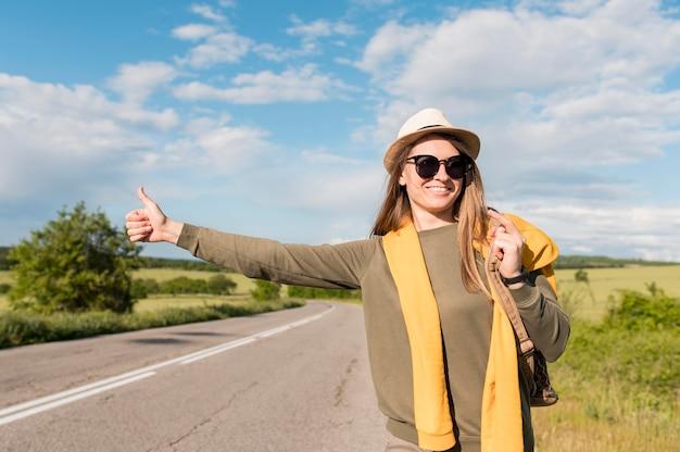 ヒッチハイクの若い女性の肖像画