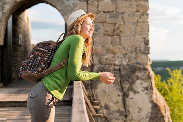 休暇を楽しんでいるサイドビューの若い女性