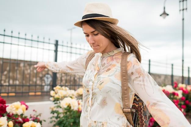 休暇を楽しんでいる帽子のスタイリッシュな若い女性