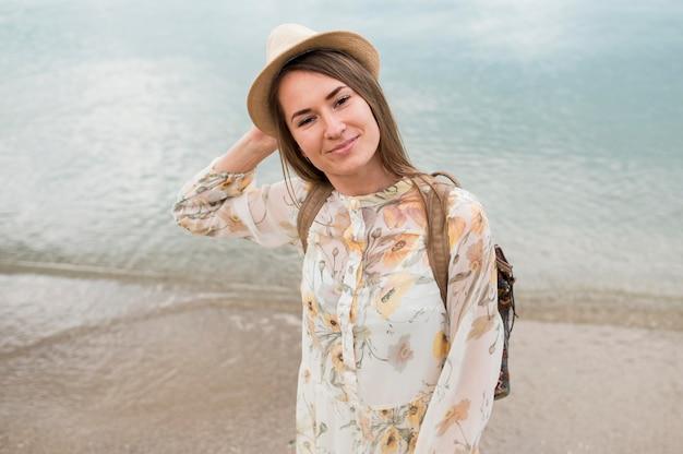 帽子を笑顔で若い女性の肖像画