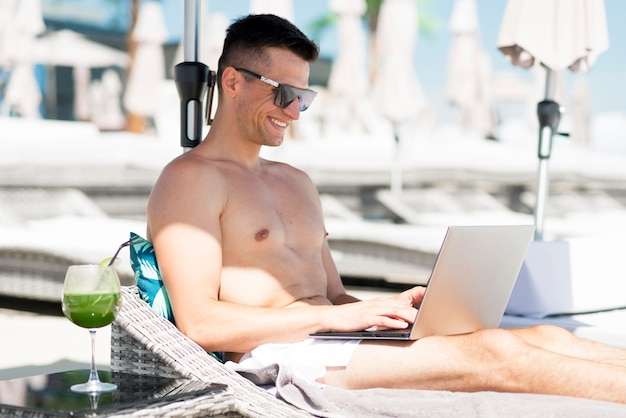 ビーチで男を笑顔の正面図