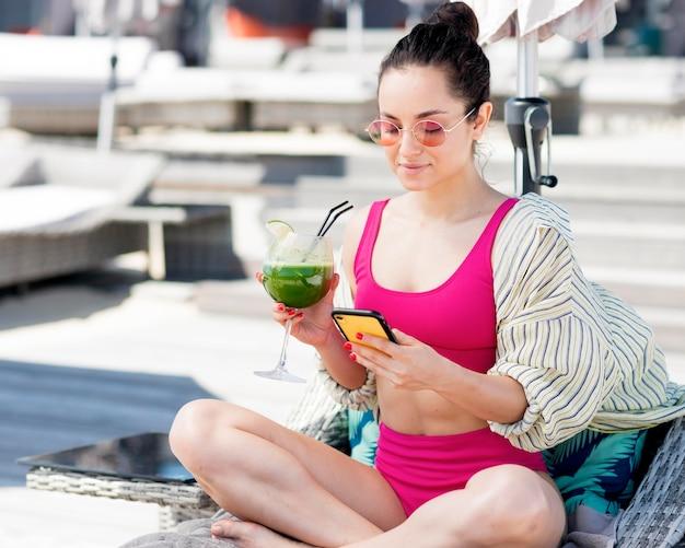 ビーチで女性の正面図