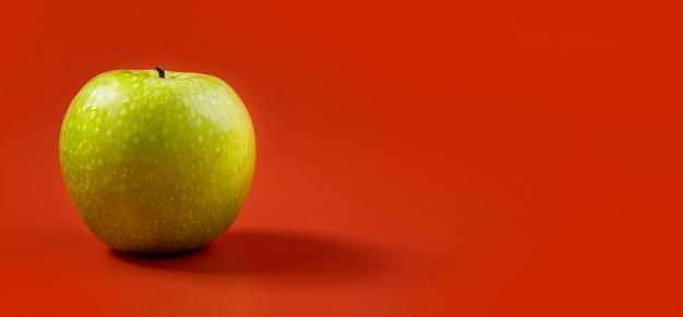 Вкусное зеленое яблоко, готовое к употреблению