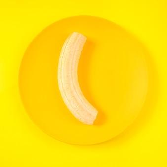 Вид сверху органический банан на тарелке