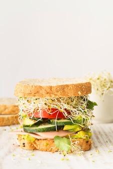 Высокий угол свежий сэндвич