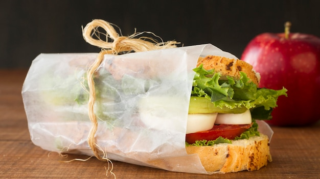 Сэндвич с вареными яйцами и помидорами