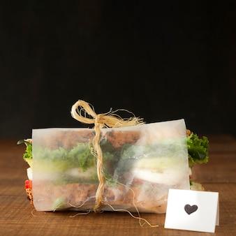 Завернутый свежий бутерброд