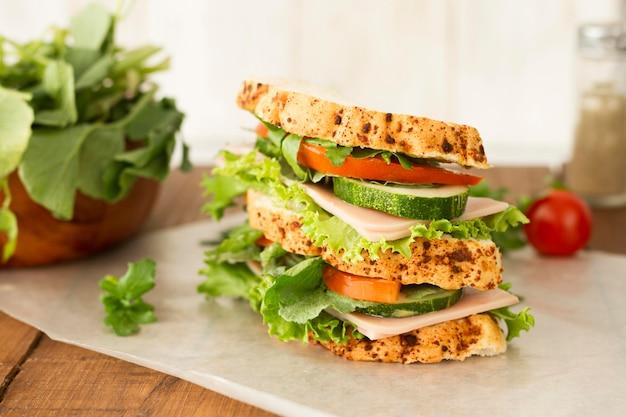 Вкусный бутерброд с овощами