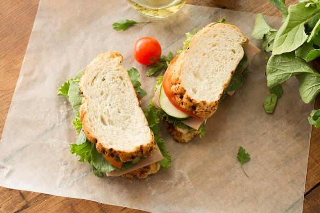 Вид сверху вкусный бутерброд с овощами