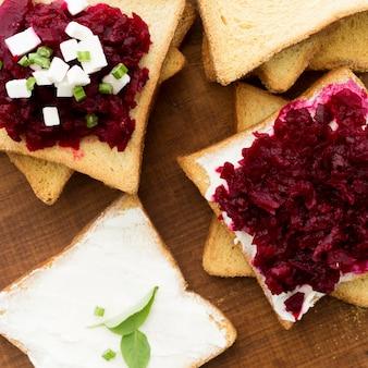 Вид сверху бутерброд со свеклой и сыром