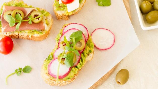 Вид сверху бутерброды со свеклой и оливками
