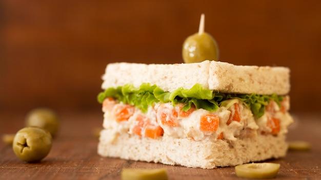 Бутерброд с оливками и овощами