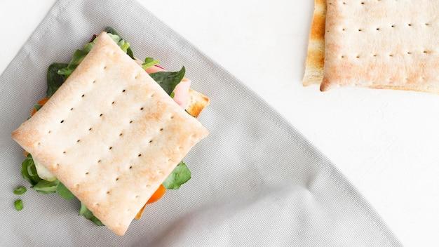 机の上のビスケットサンドイッチ
