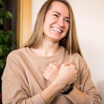 手話を通じてコミュニケーションする女性の肖像画