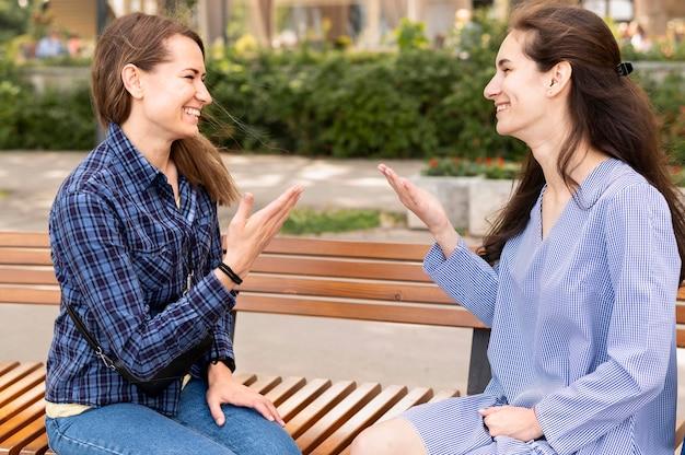 手話でコミュニケーションする大人の女性