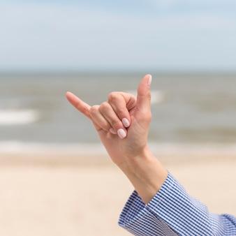 Крупным планом рука общается через язык жестов