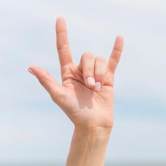 Крупным планом лицо, использующее язык жестов для общения