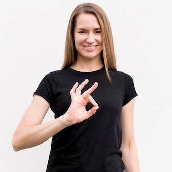 Портрет женщины, общение через язык жестов
