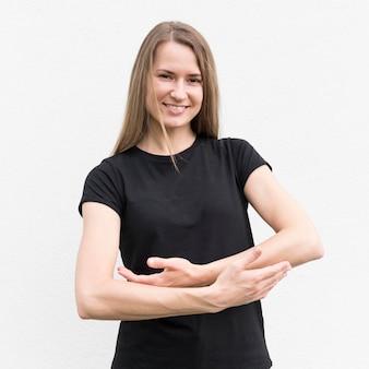 Глухая женщина общается на языке жестов