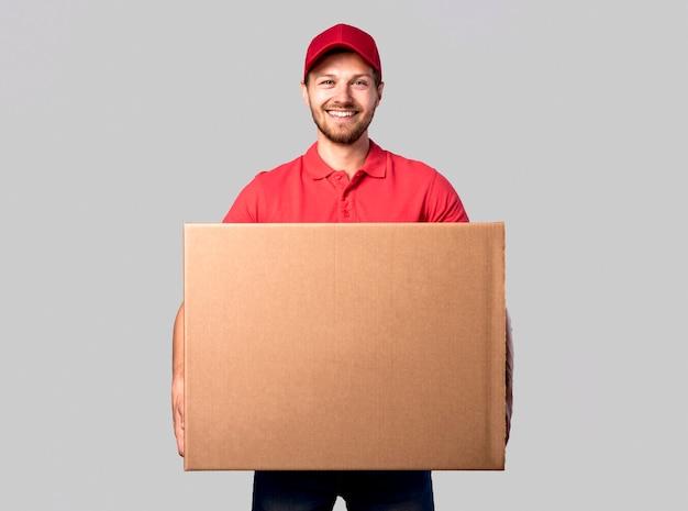 Вид спереди доставщик с коробкой