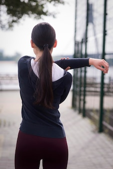 背面図屋外トレーニング若い女性