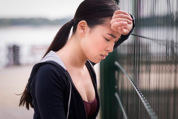 トレーニング後に疲れてクローズアップの若い女性
